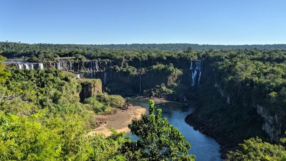 Com cataratas irreconhecíveis, rio Iguaçu está 'doente' e vê mata nativa minguar — Foto: BBC News Brasil