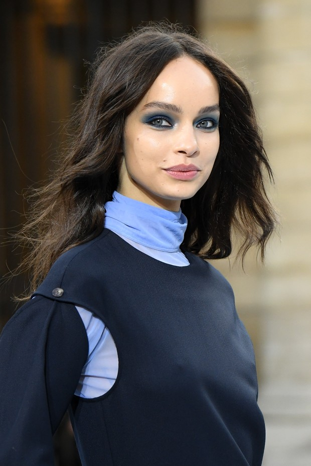 "PARIS, FRANCE - SEPTEMBER 28: Luma Grothe walks the runway during the ""Le Defile L'Oreal Paris""  Show as part of Paris Fashion Week on September 28, 2019 in Paris, France. (Photo by Stephane Cardinale - Corbis/Corbis via Getty Images) (Foto: Corbis via Getty Images)"
