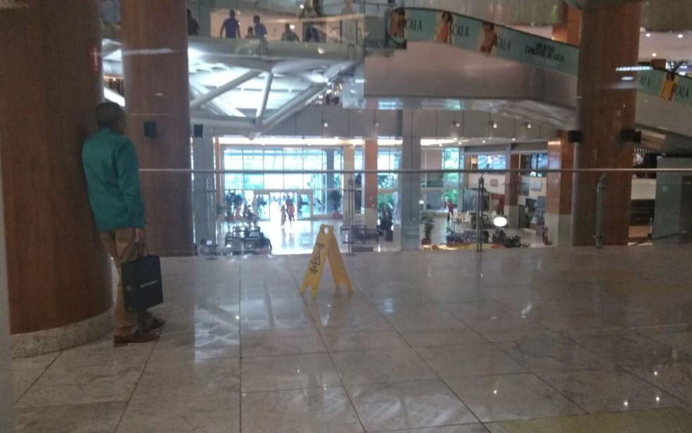 Criminosos atacaram seguranças com malotes de dinheiro dentro do Salvador Shopping — Foto: Lilian Marques/G1
