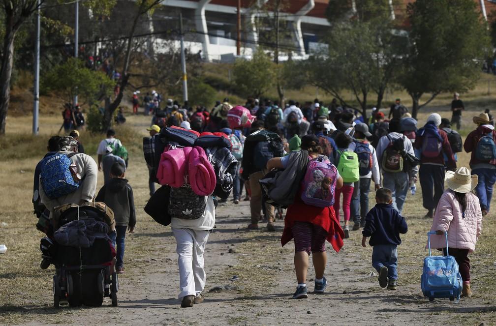 Caravana de migrantes chega a estádio em Queretaro, no México, onde há abrigo improvisado — Foto: Marco Ugarte/AP Photo