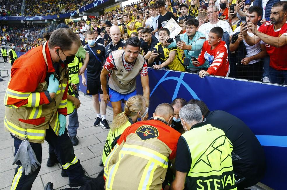 Cristiano Ronaldo vai até steward acidentada antes de Young Boys x Manchester United — Foto: REUTERS/Arnd Wiegmann