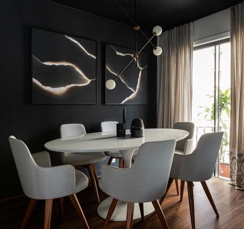 Dúplex de 84 m² tem décor sóbrio com tons escuros
