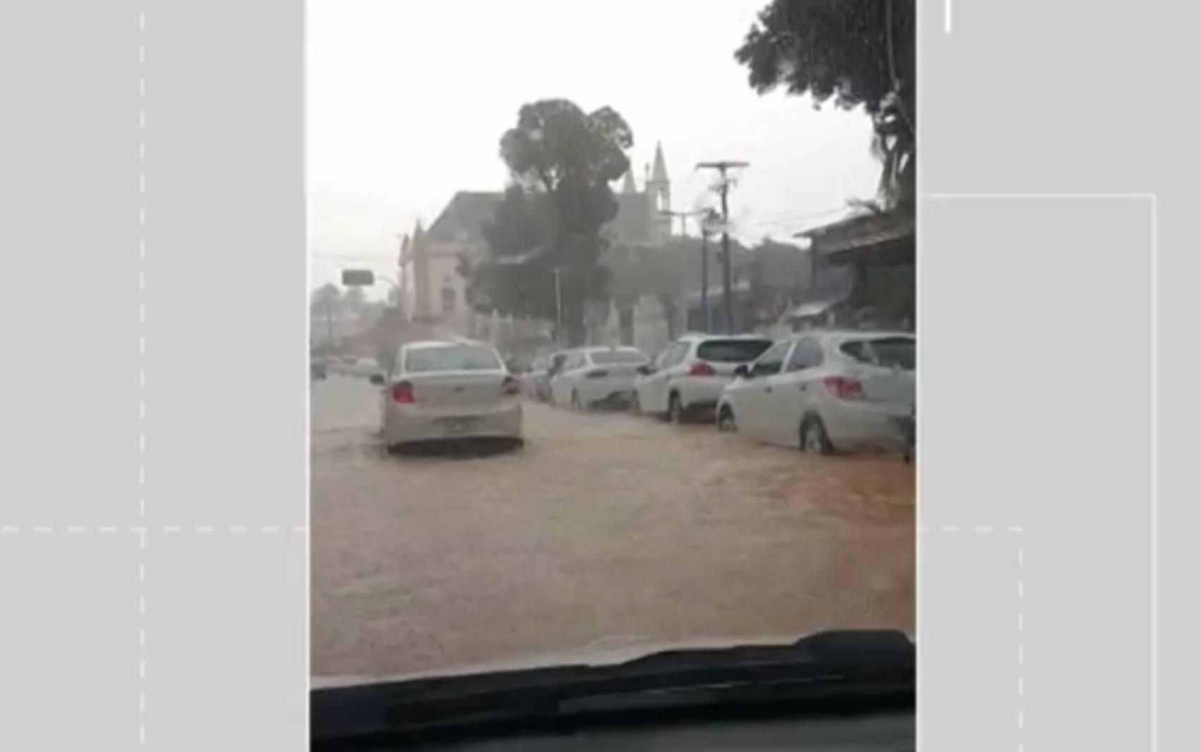 Chuva deixa ruas alagadas e água invade prefeitura em Vera Cruz, na Ilha