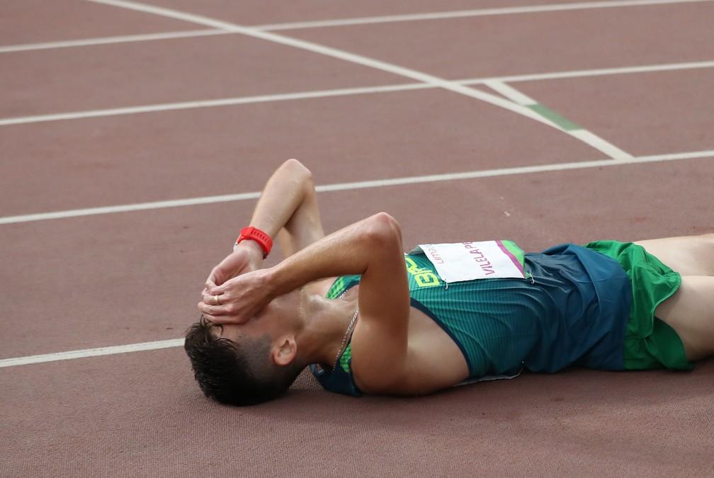 Ederson se jogou no chão para comemorar a conquista dos 10.000 mil metros — Foto: Reuters