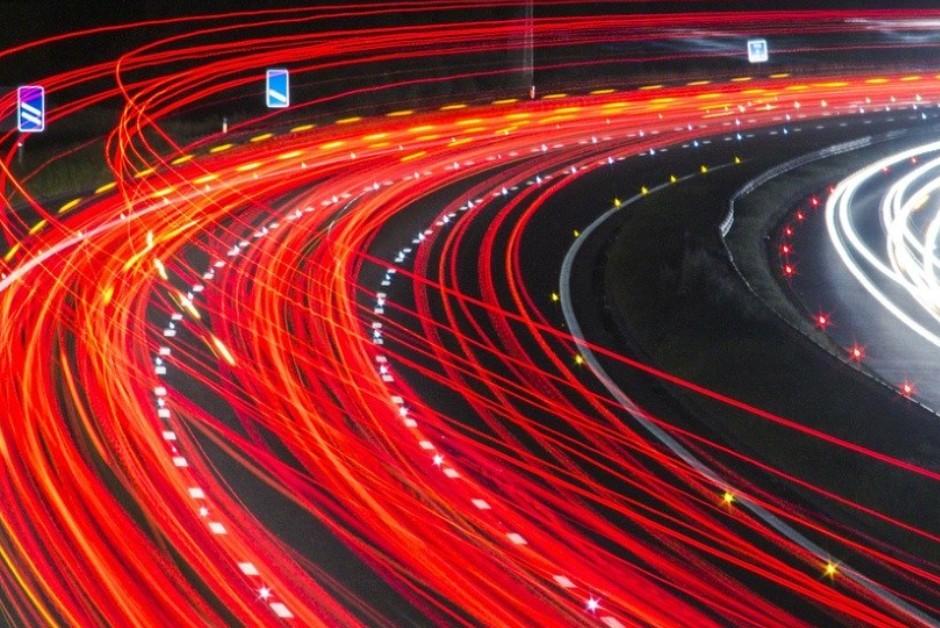 Carros terão sistemas capazes de trocarem informações entre si (Foto: Pixabay)