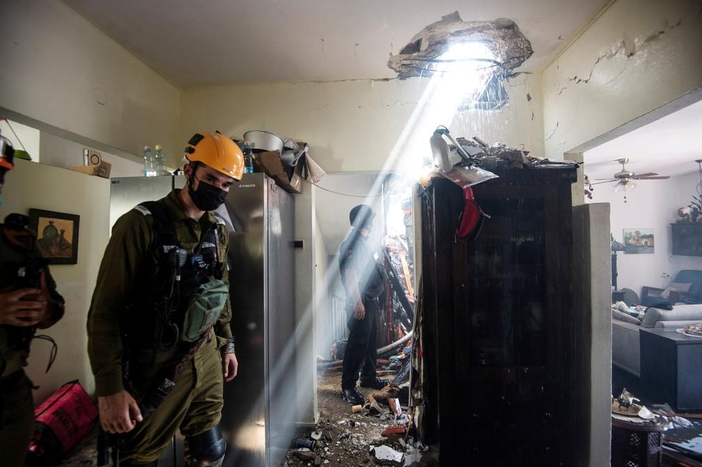 Soldados trabalham em um prédio danificado por um foguete lançado da Faixa de Gaza em Ashdod, no sul de Israel, em 11 de maio  — Foto: Avi Roccah/Reuters
