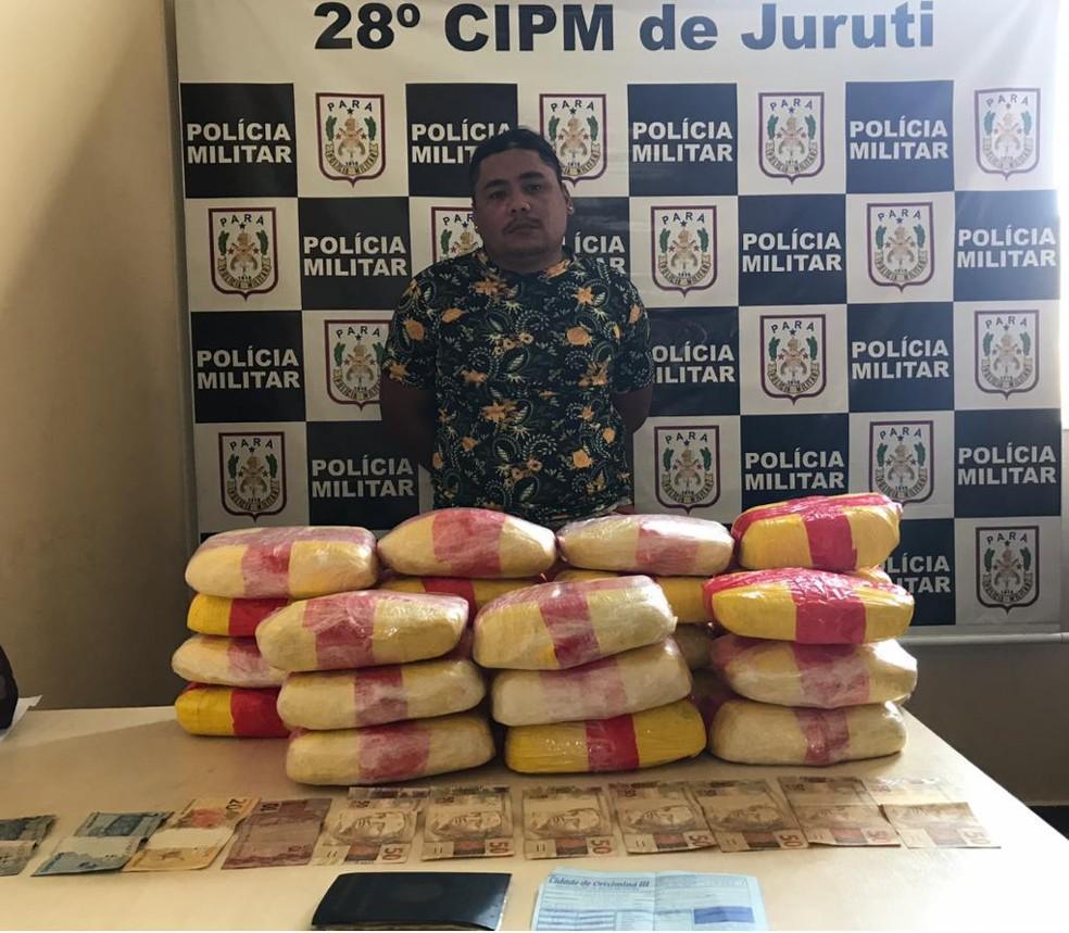 Adriano Barros Gomes foi preso transportando mais de 27 kg de entorpecentes — Foto: Polícia Militar de Juruti/Divulgação