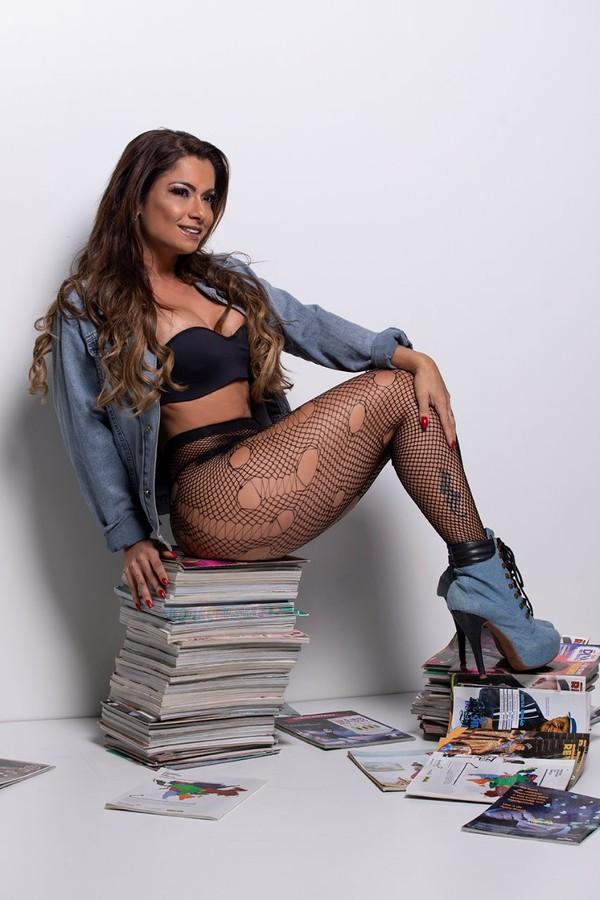 Dani Sperle em ensaio com livros (Foto: Marcos Mello/ VH Assessoria)