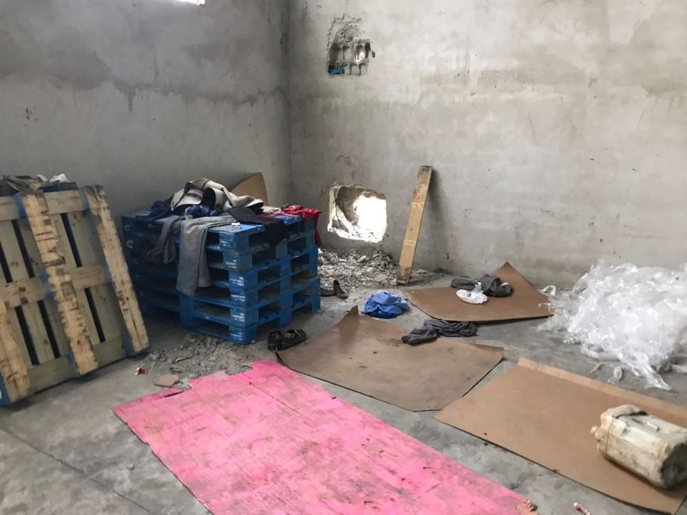 Galpão onde criminosos estavam tinha fundo falso com buraco (Foto: Divulgação/Polícia Civil )