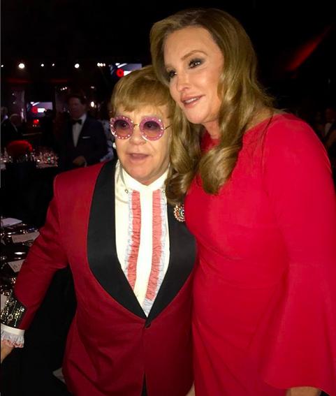 Caitlyn Jenner com o cantor Elton John em uma festa pós-Oscar 2018 (Foto: Instagram)