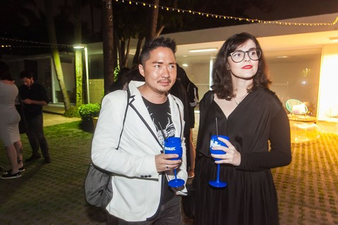 Vitor Onishi, trade marketing e visual merchandising, e Celle Coelho, analista de marketing, com drinks da Absolut Vodka. Foto: Charles Naseh
