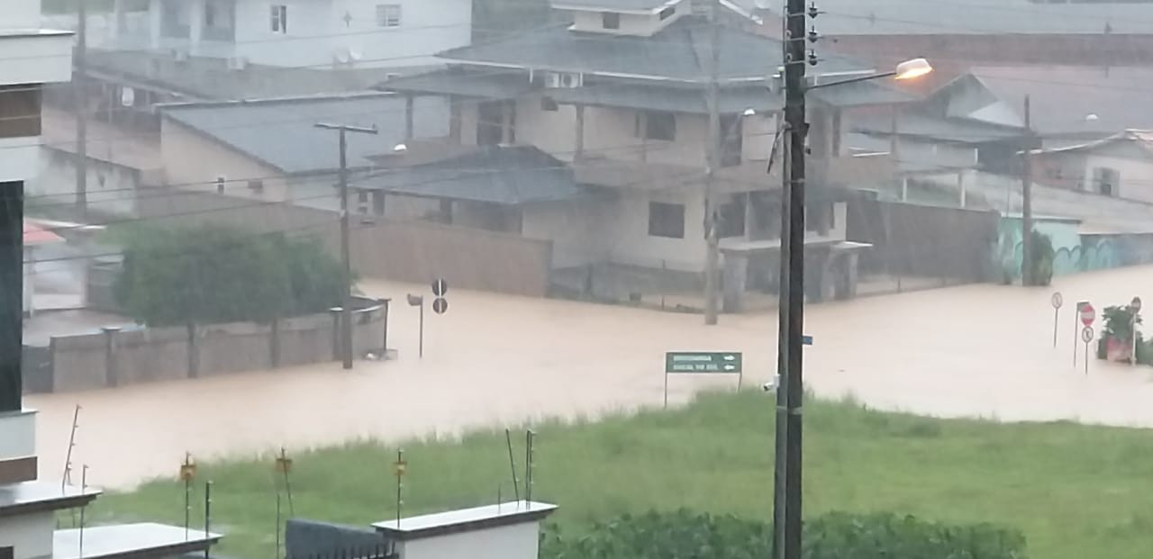 Moradores de Cocal do Sul atingidos pela chuva podem fazer cadastro para sacar o FGTS a partir de quarta