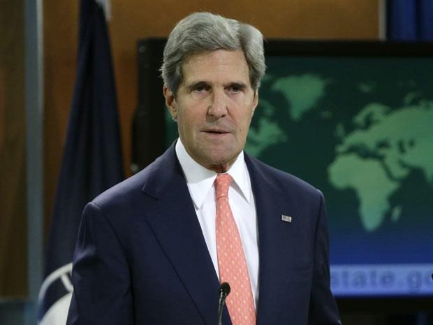 O secretário de Estado dos EUA, John Kerry, dá entrevista sobre a crise síria nesta segunda-feira (26) em Washington (Foto: Reuters)