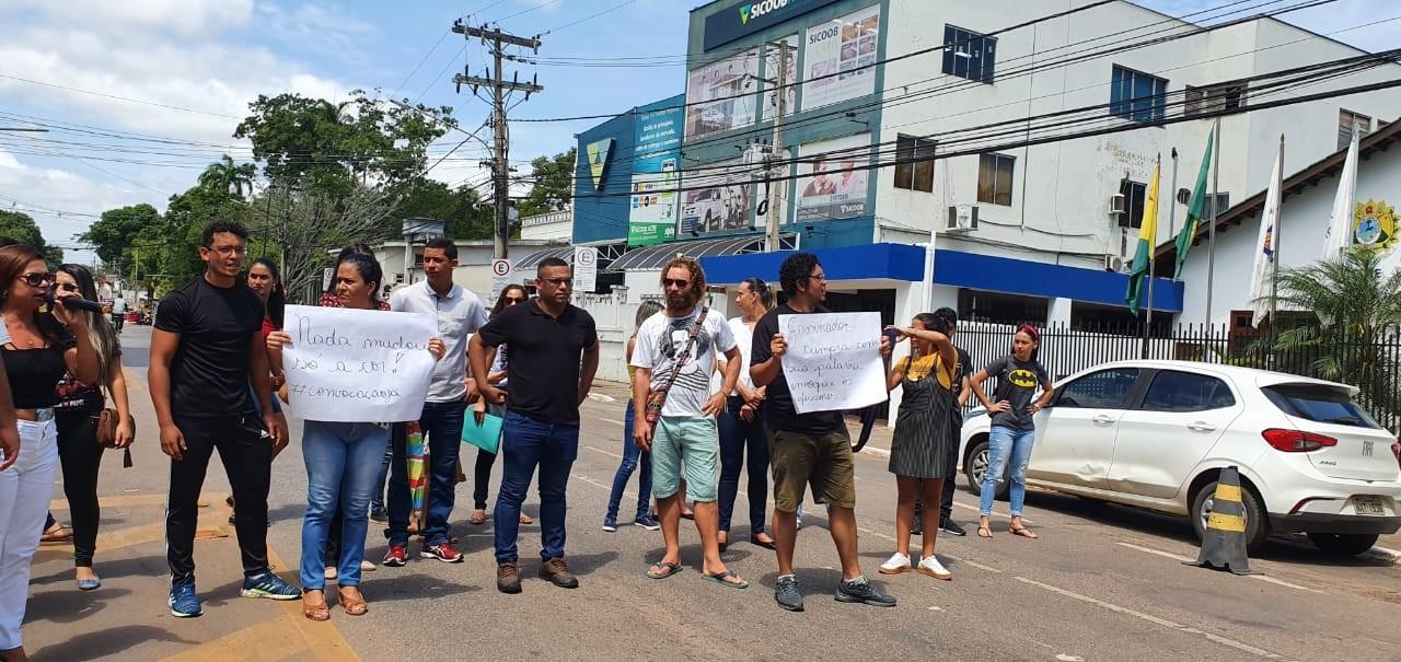 Professores fazem ato em frente à Casa Civil, fecham rua e pedem contratação em concurso no AC