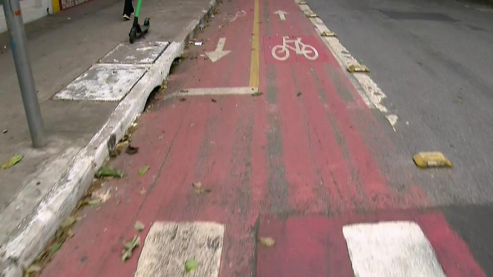 Antiga sinalização de ciclofaixas de SP era vermelha com uma faixa amarela — Foto: Reprodução/TV Globo