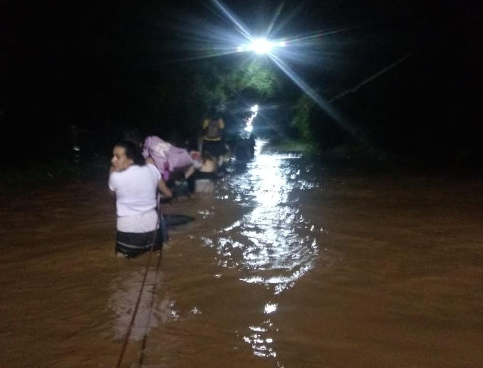 Passageiros conseguiram sair do ônibus ilhado com ajuda de corda em Jarinu — Foto: Divulgação/Polícia Militar