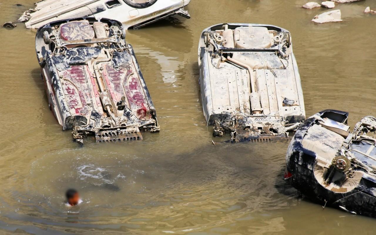 Polícia Civil começa a retirar carros de lago em antiga pedreira de Salto de Pirapora