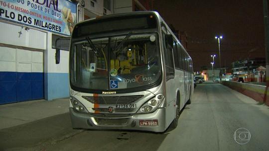 Passageiro de ônibus morre baleado em assalto na Dutra