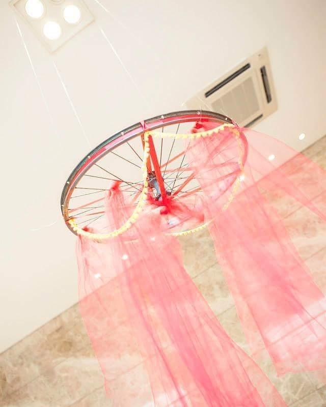 Até mesmo o aro da bicicleta pode virar decoração suspensa (Foto: Reprodução Instagram/Tamara Garkisch)