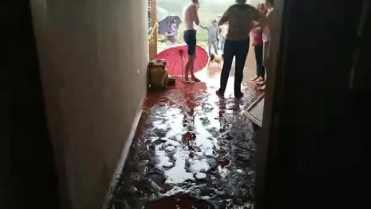 Mãe e filho ficam feridos após enxurrada invadir casa em Apucarana