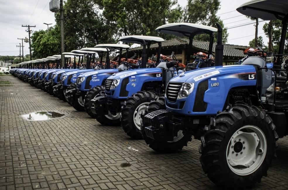 Máquinas foram entregues pelo governo a agricultores familiares para reforçar produção na BA — Foto: Divulgação/SDR