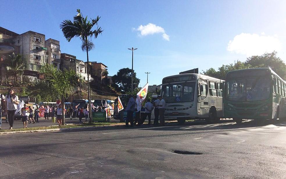 Manifestantes impedem passagem de veículos na saída do Dique do Tororó  (Foto: Juliana Almirante/G1)