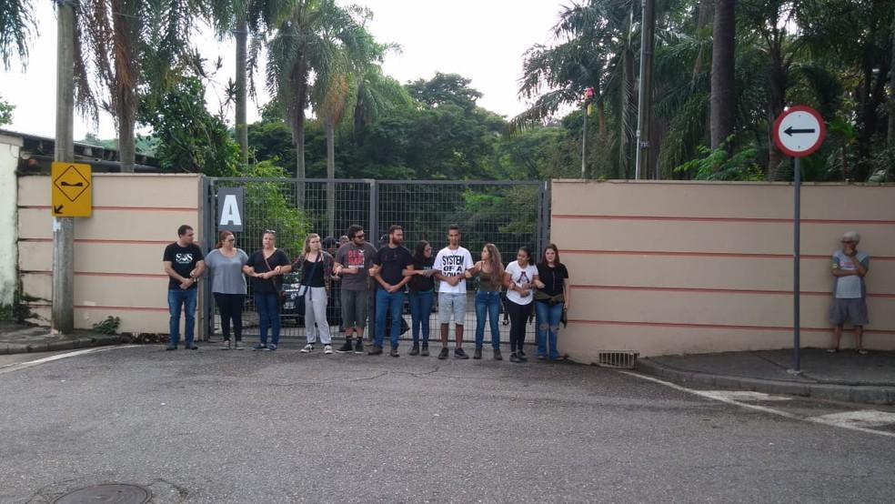 Manifestantes contrários à transferência de Black fizeram um 'cordão humano' no zoológico de Sorocaba — Foto: Carol Andrade/G1