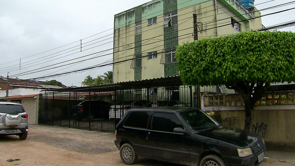 Mulher foi alvo de tiros na Rua Rio Tejipio, no bairro do Cordeiro, Zona Oeste do Recife, no sábado (21) (Foto: Augusto César/TV Globo)