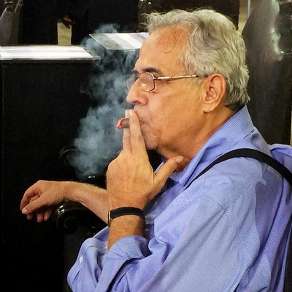Eurico Miranda e seu tradicional hábito, de fumar charuto — Foto: Edgard Maciel de Sá / Globoesporte.com