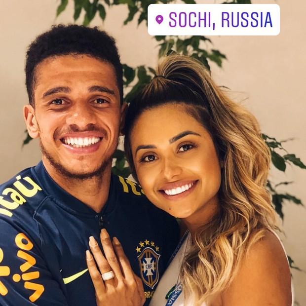 A namorada de Taison, Gabi Matias, já chegou na Rússia para dar um abraço no mozão e compartilhou um clique toda orgulhosa (Foto: Reprodução/Instagram)
