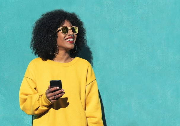 Beautiful afro american woman using mobile in the street. Communication concept. (Foto: Getty Images/iStockphoto)