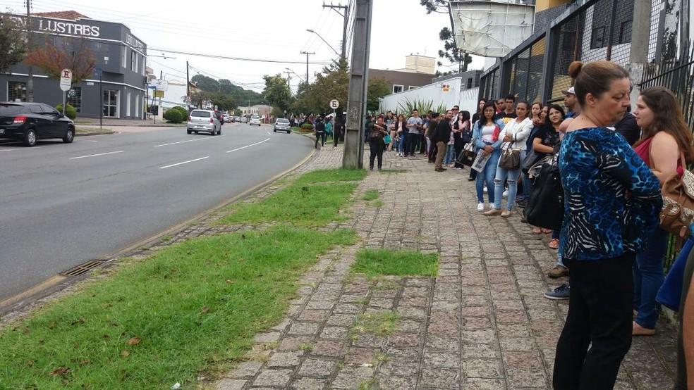 Dezenas de pessoas formaram fila para tentar uma das vagas oferecidas pela empresa  (Foto: Naiara Dambros/Arquivo pessoal )