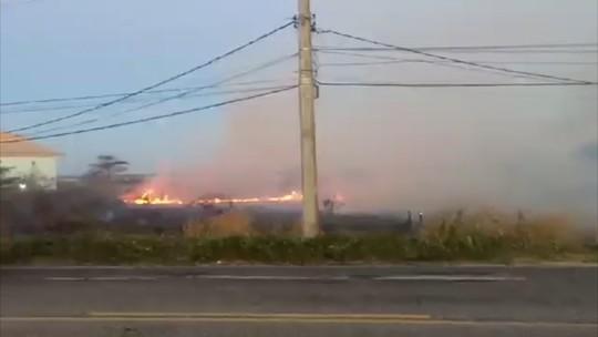 Morador registra incêndio no bairro Foguete, em Cabo Frio, no RJ; vídeo