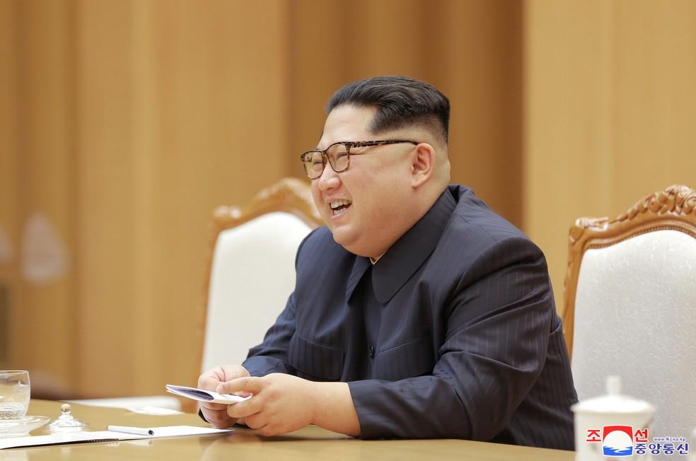 O líder norte-coreano Kim Jong Un durante encontro com o líder do Partido Comunista Chinês que visitou a Coreia para festival de arte (Foto: KCNA/via REUTERS)