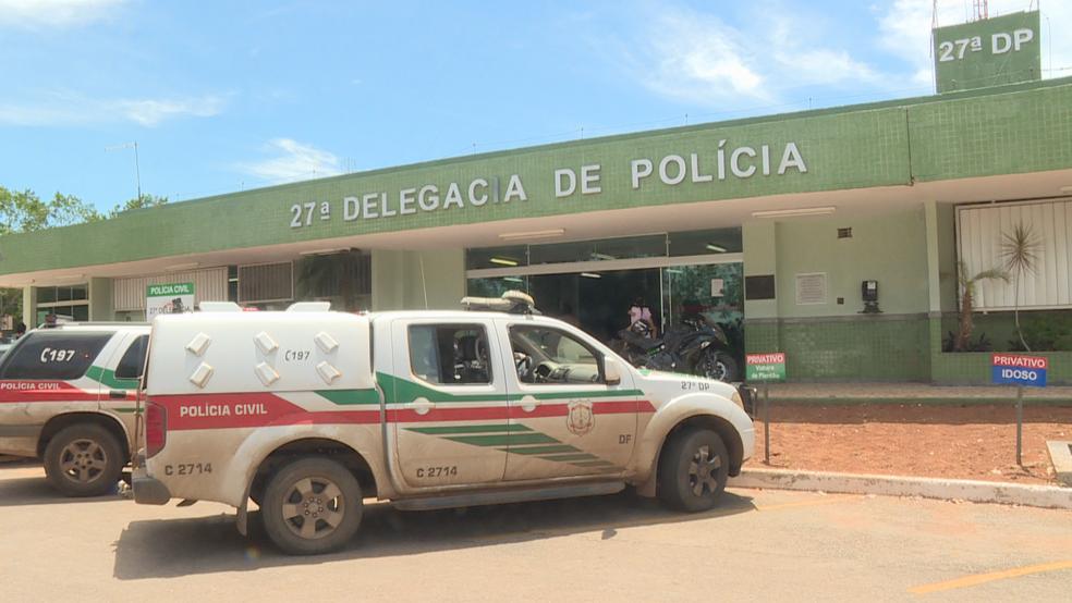 Fachada da 27ª Delegacia de Polícia, no Recanto das Emas, no Distrito Federal — Foto: TV Globo/Reprodução