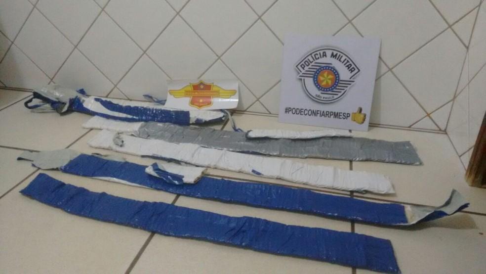 Munições estavam embaladas em formato de cinto embaixo da roupa da suspeita flagrada em Ourinhos (Foto: Polícia Rodoviária / Divulgação )