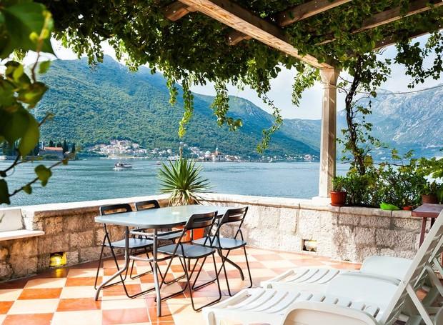 O terraço amplo dá um charme ao ambiente e torna a casa uma das mais cobiçadas no Airbnb (Foto: Airbnb/ Reprodução)
