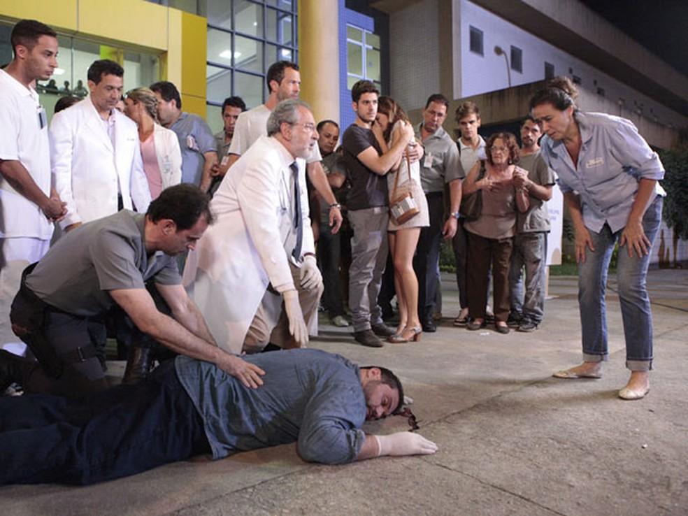 Bandido morre ao fugir de Griselda em 'Fina Estampa' — Foto: Globo