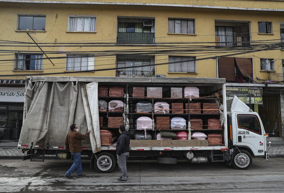 19 de junho de 2020 - Caixões são entregues a funerária em Santiago, no Chile, durante a pandemia do novo coronavírus (COVID-19) — Foto: Esteban Felix/AP