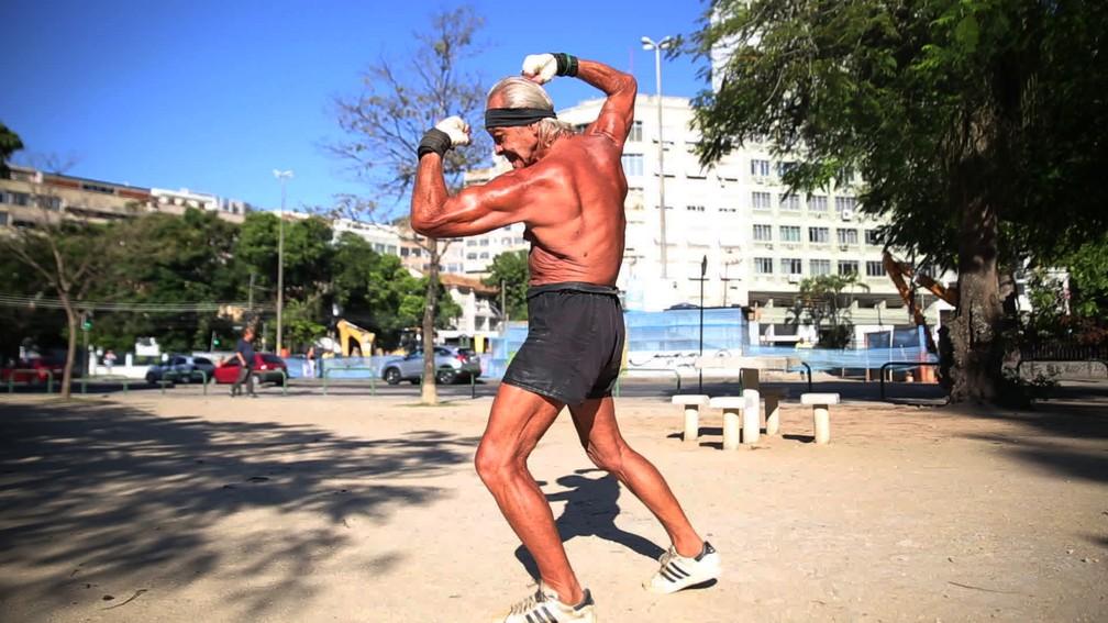 Robert faz pose de fisiculturista — Foto: Jorge Soares/G1