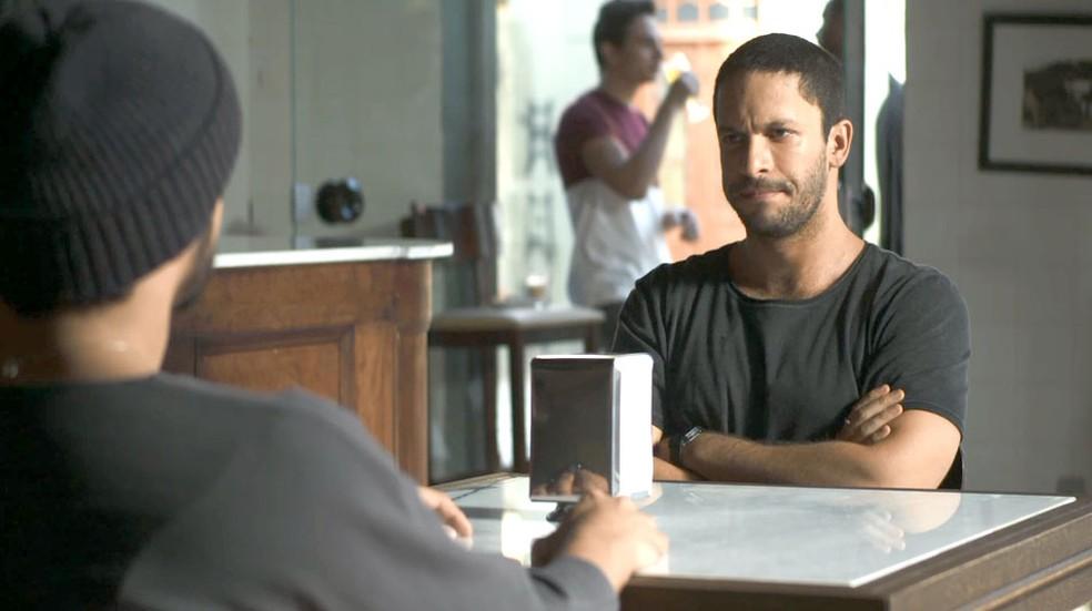 Teo (Rainer Cadete) se une a Rock (Caio Castro) para desmascarar Josiane (Agatha Moreira), na novela 'A Dona do Pedaço' — Foto: Globo