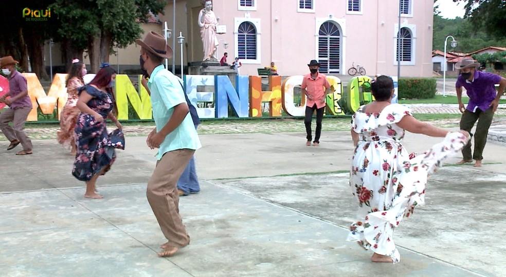 A dança Balandê Baião é passada de geração a geração em Monsenhor Gil — Foto: Reprodução /TV Clube