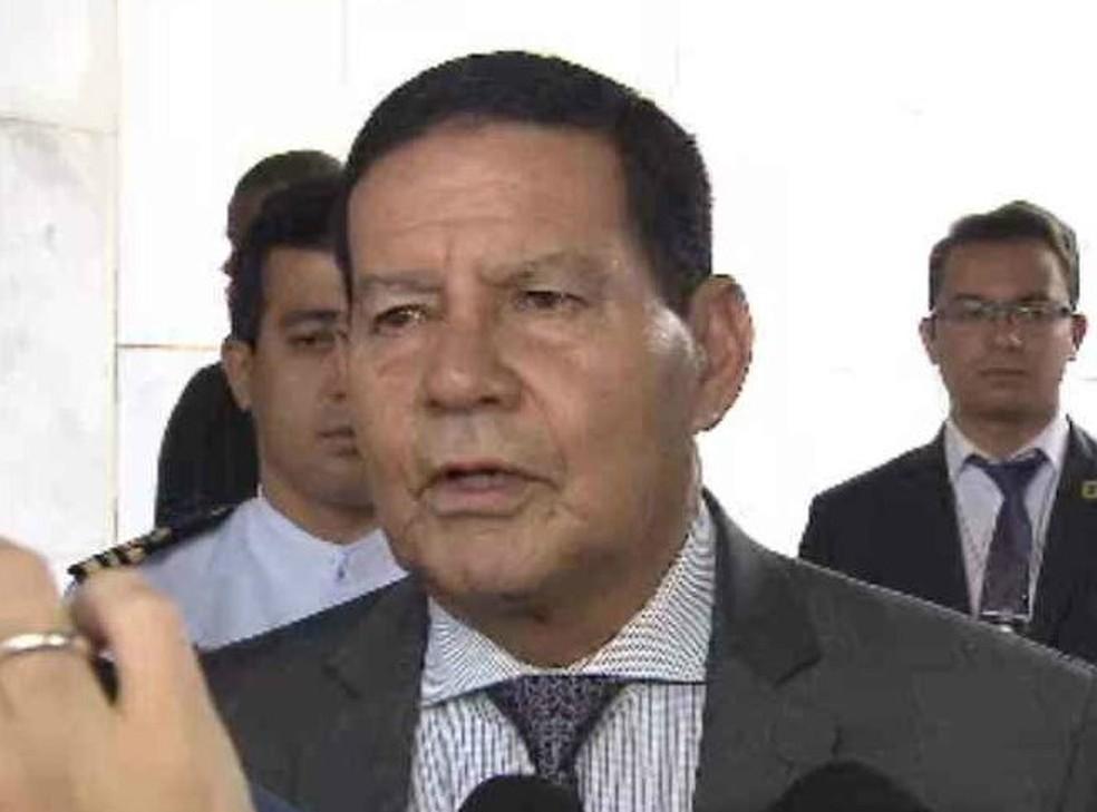 O vice-presidente Hamilton Mourão concede entrevista nesta quinta-feira (18) no Palácio do Planalto — Foto: Reprodução / TV Globo