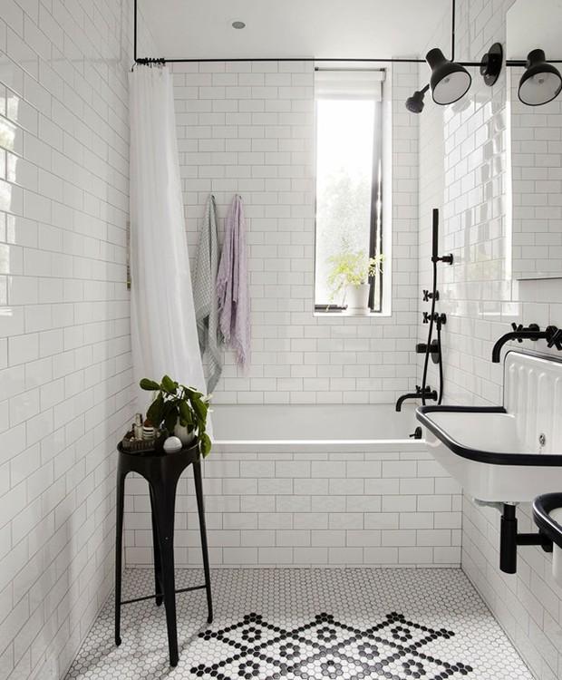 A banheira junto ao chuveiro oferece um espaço para relaxamento (Foto: Indecora/ Reprodução)