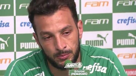 """Edu Dracena, do Palmeiras, chora em última coletiva como jogador e brinca: """"Vou passar meu currículo"""""""