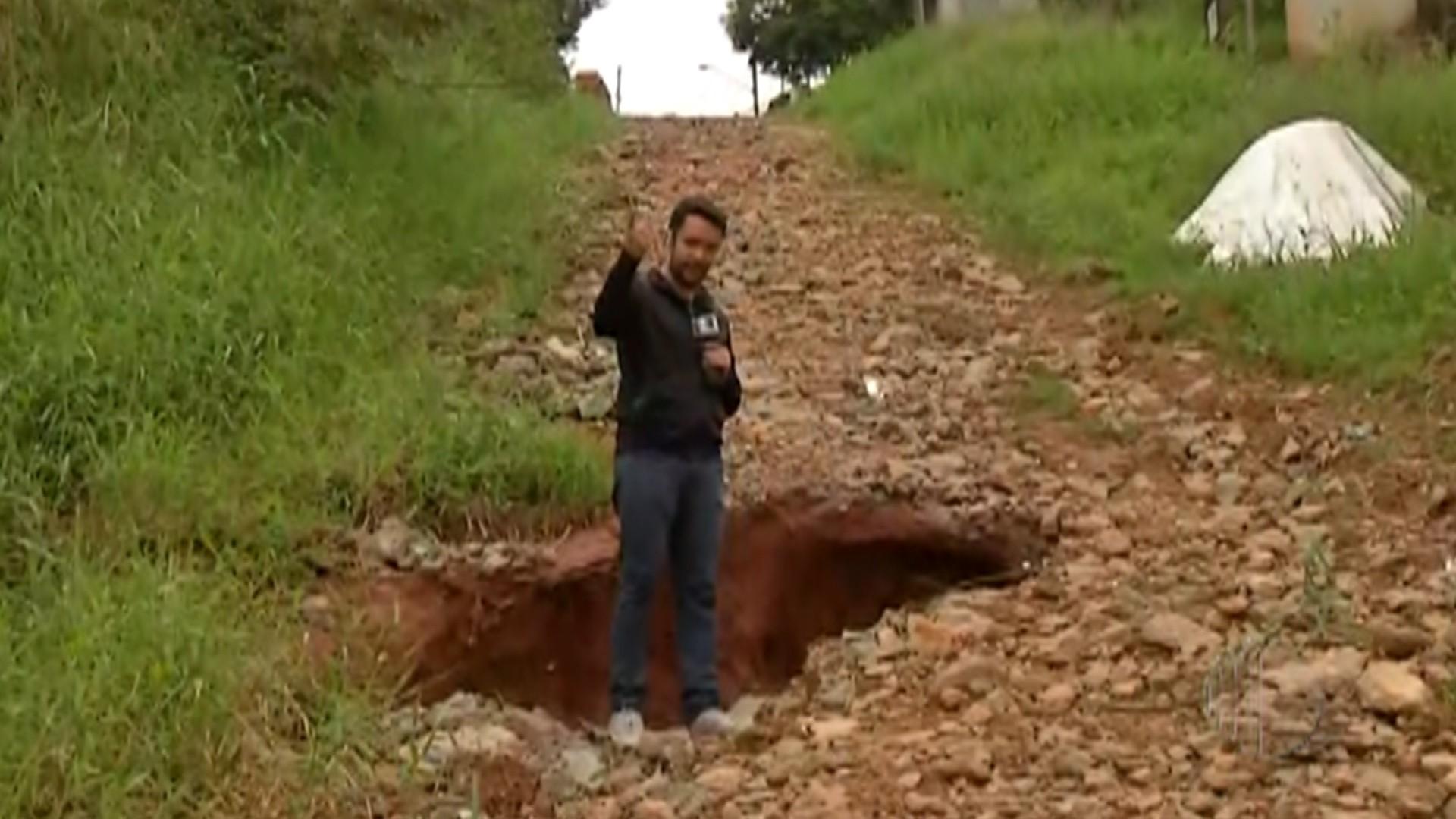 Moradores do Jardim Brasil, em Suzano, reclamam de buracos e pedem asfalto