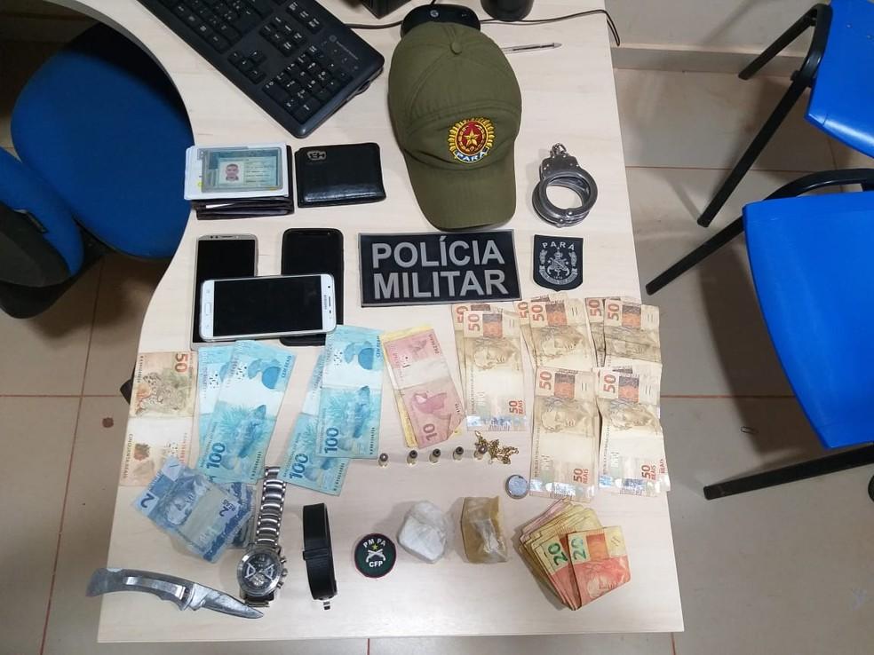 Dinheiro, drogas e objetos apreendidos com integrantes de quadrilha, em Rurópolis — Foto: Polícia Militar/Divulgação