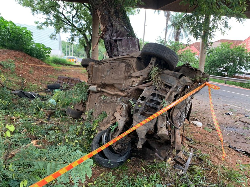 Carro ficou destruído após acidente em Bauru — Foto: César Culiche/TV TEM