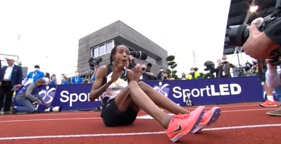 Sifan Hassan comemora recorde mundial dos 10.000m — Foto: Reprodução