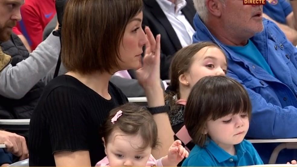 Esposa e filhas também acompanharam anúncio do meia (Foto: Reprodução de vídeo)